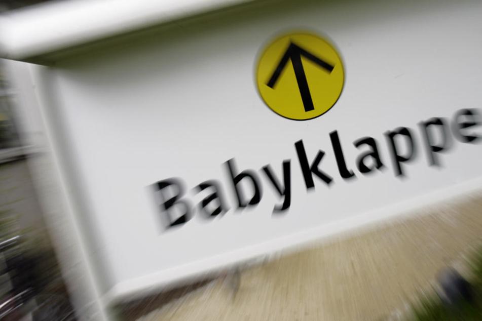Eine Obduktion muss nun klären, ob der Säugling bereits bei der Geburt tot war.