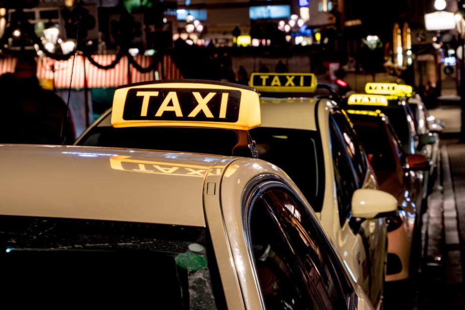 Ein Taxifahrer aus Halle ist am Dienstagabend mit einem pistolenähnlichen Gegenstand bedroht worden. (Symbolbild)