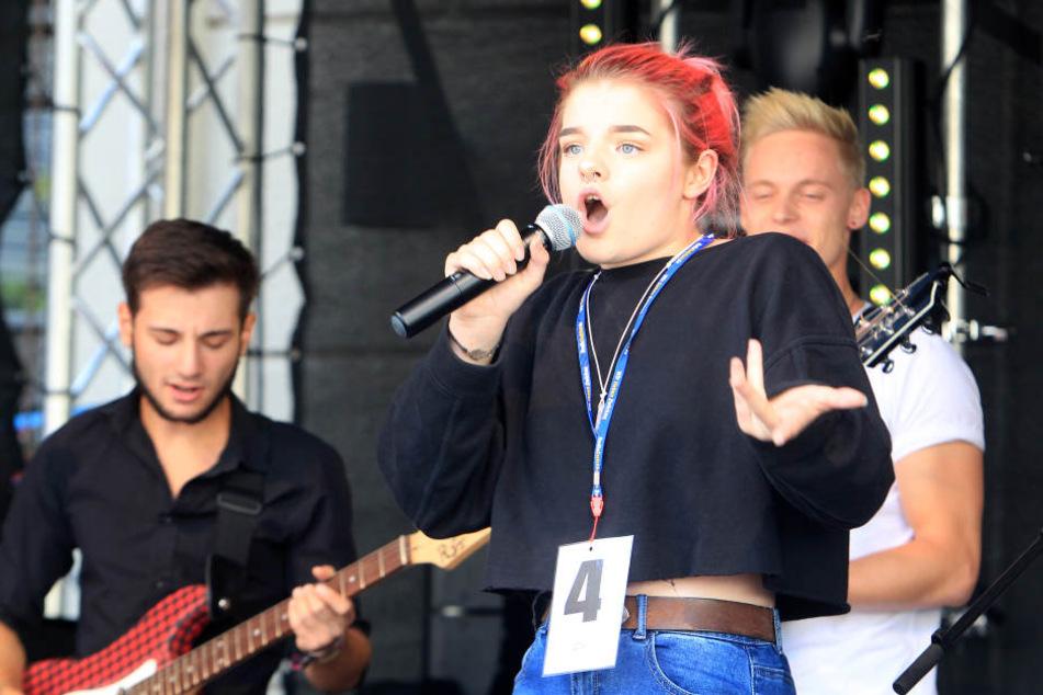 """Siegerständchen: """"Zwickaus Superstar"""" Luise Heide singt """"Seven Nation Army"""", begleitet von der Band Rock Ambulance."""
