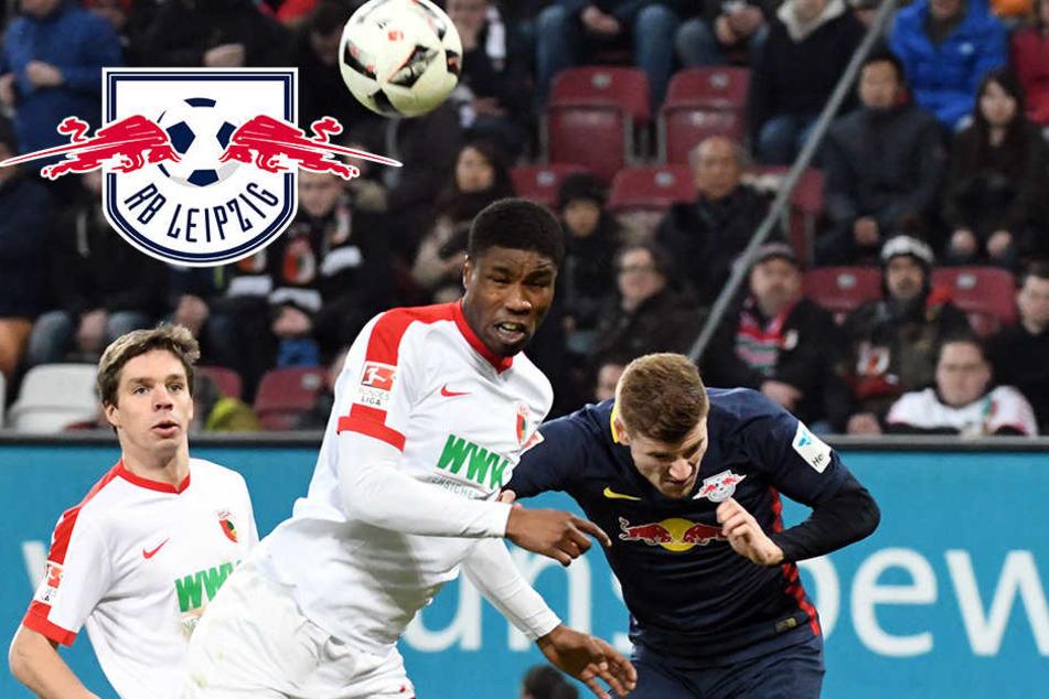 Augsburgs Kevin Danso und Timo Werner von Leipzig beim Kampf um den Ball.