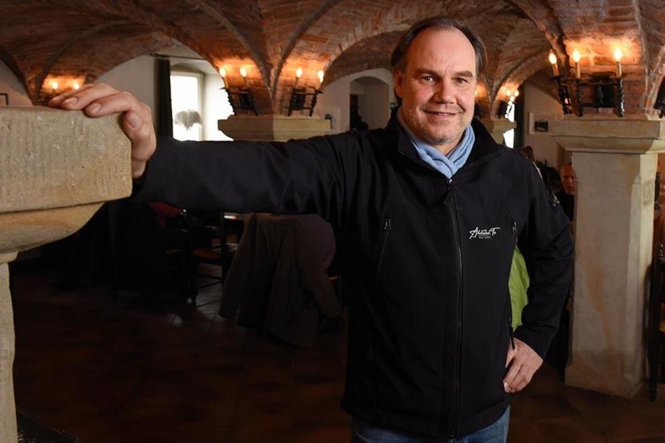 """Hotelchef Gerrit Curcio (51) im Kreuzgewölbe-Restaurant vom """"Alten Zollhaus"""". Auf der Karte stehen deutsche und italienische Gerichte."""