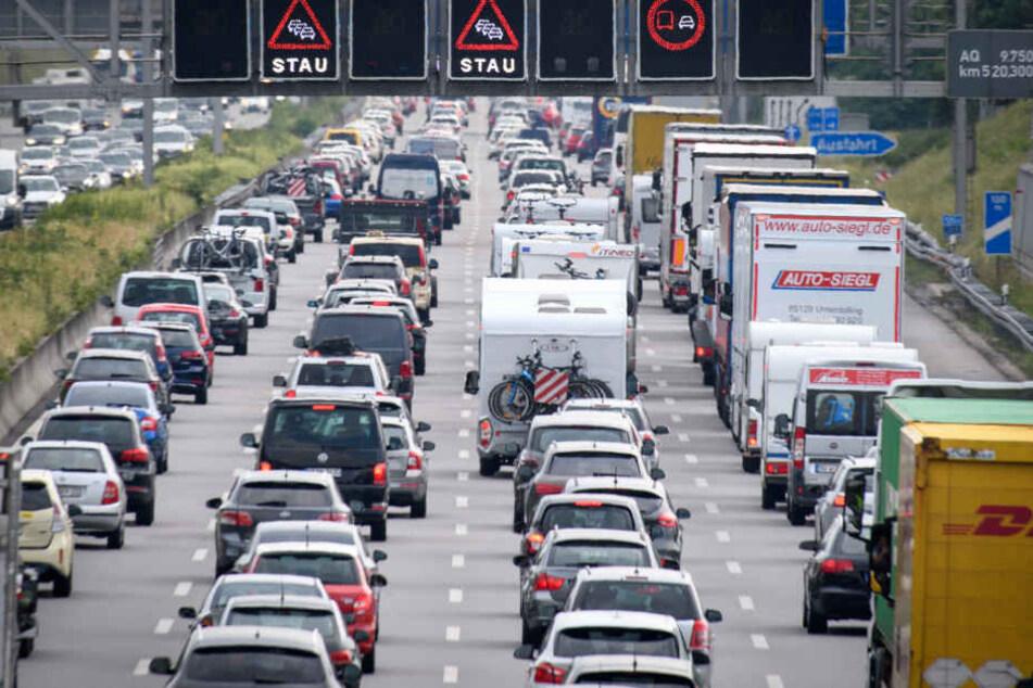 Die A9 in Richtung Berlin ist am Mittwochmorgen voll gesperrt. (Symbolbild)