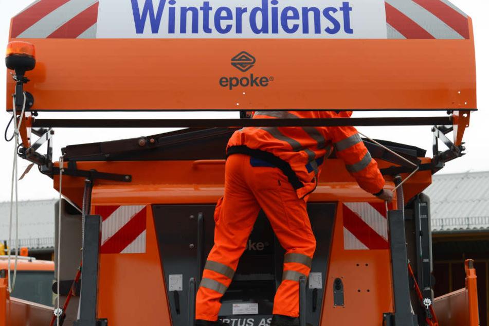 Gegen 1.30 Uhr ist der Winterdienst in der vergangenen Nacht in Leipzig mit 22 Fahrzeugen ausgerückt.