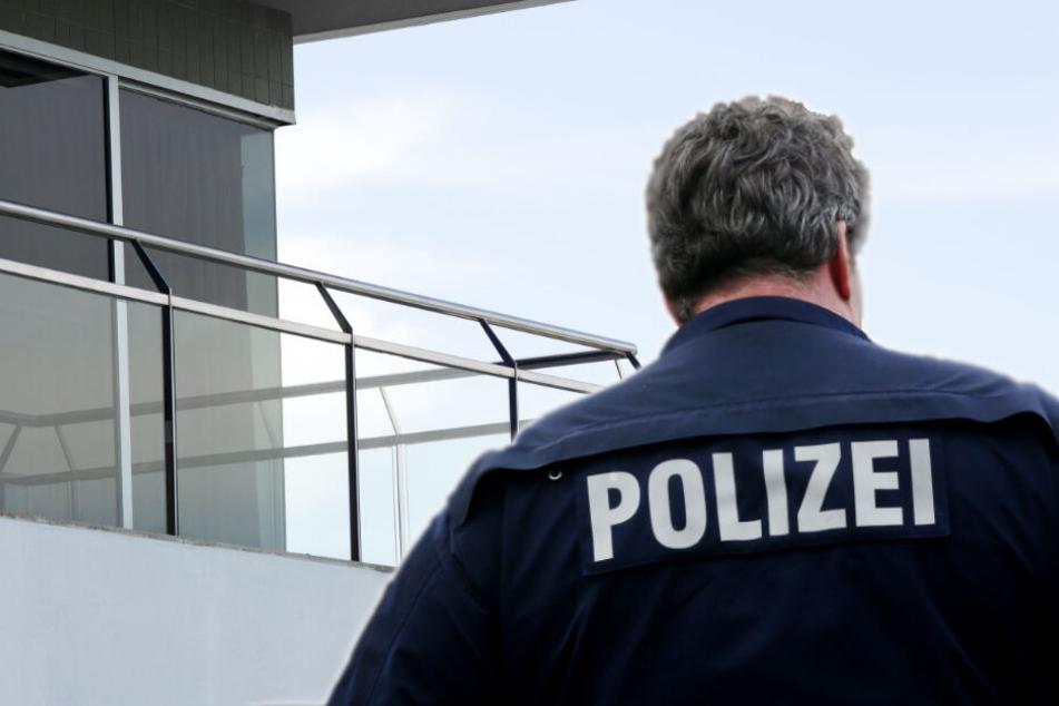 Polizeimitarbeiter dekorierte seinen Balkon mit Reichskriegsflaggen