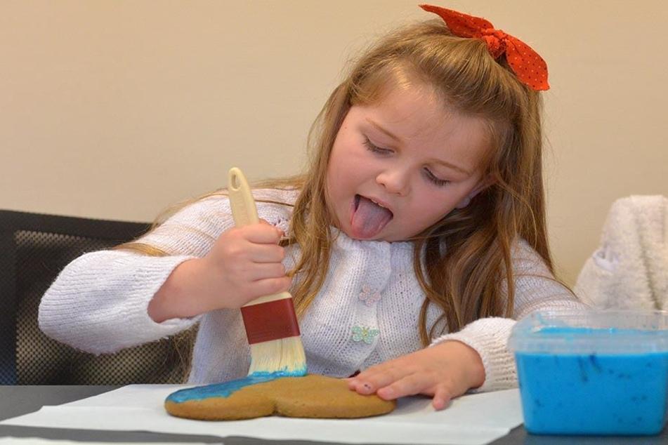 Konzentration ist gefragt. Mit blauem Zuckerguss pinselt Tessa (6) ihr Lebkuchenherz ein.