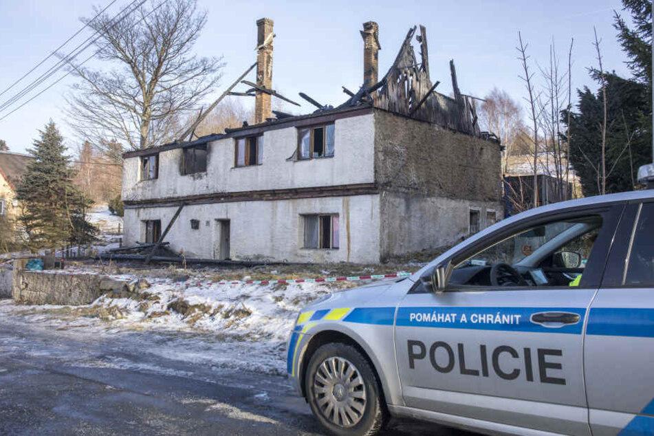 Von dem Wohnhaus stehen nach dem Brand nur noch die Grundmauern.