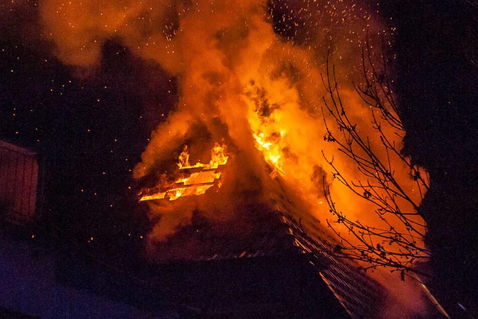 Meterhoch schlugen die Flammen aus dem Dach.