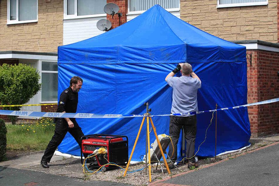 Polizisten untersuchen das Haus der 29-jährigen Krankenschwester.