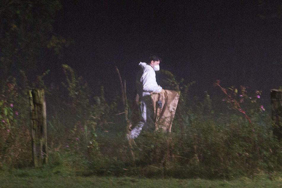 Die Leiche des Kindes wurde in einem Müllsack entdeckt. Die Spurensicherung war vor Ort.