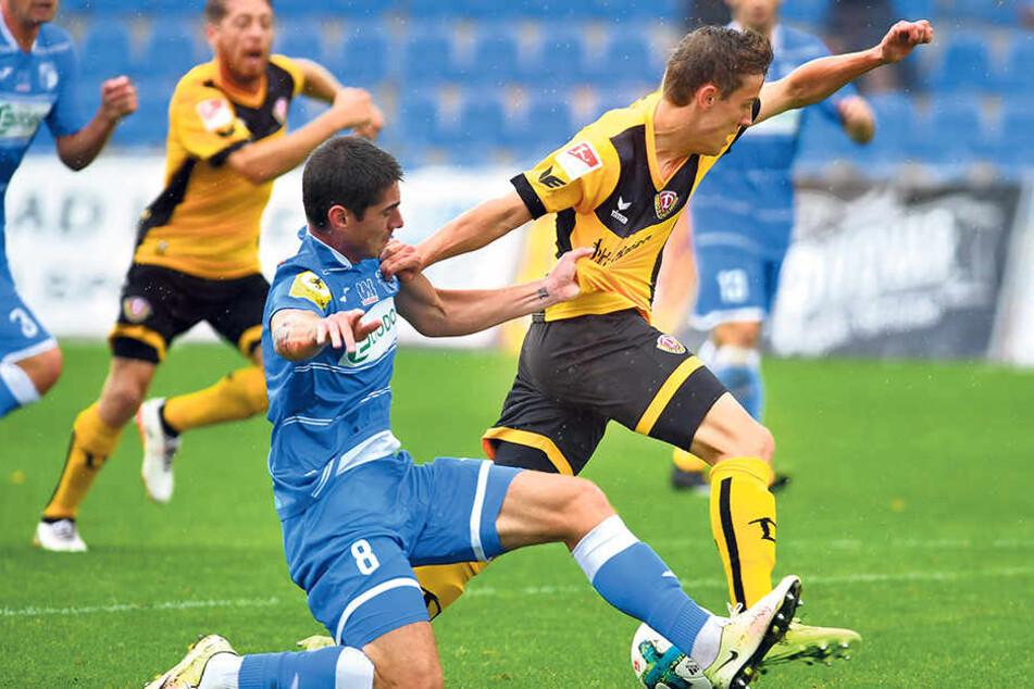 Niklas Hauptmann (r.) setzt sich gegen Ustis Verteidiger Michal Leibl durch. Eine Augenblick später trifft der Dresdner zum 1:0.