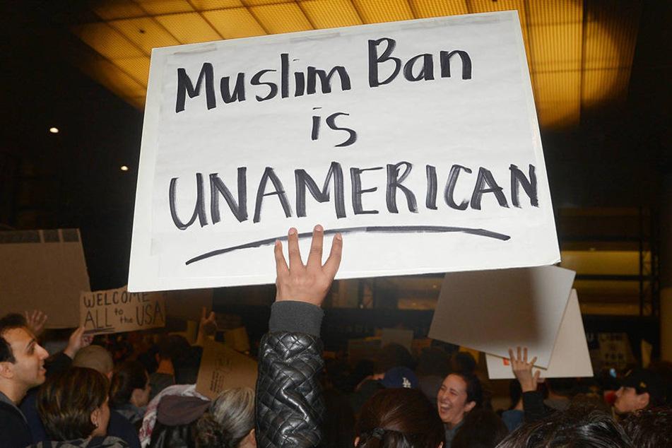 An Flughafen in New York demonstrierten die Menschen gegen den Einreisestopp für Muslime.