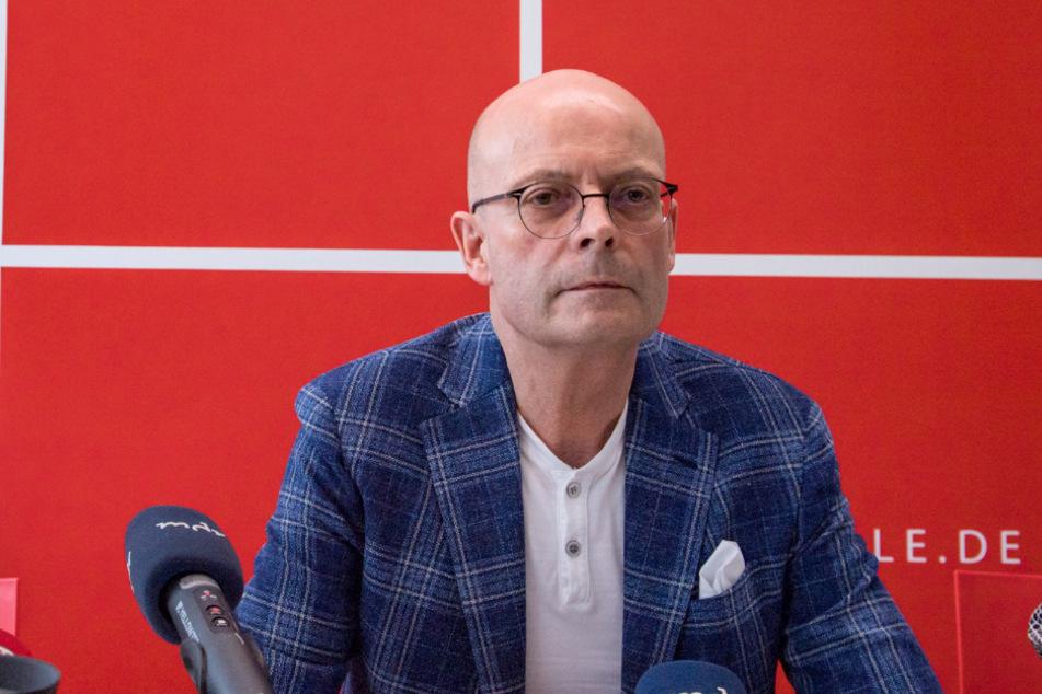 Halles OB Bernd Wiegand bei einer Pressekonferenz über die Ausbreitung des Coronavirus in der Stadt. (Archivbild)