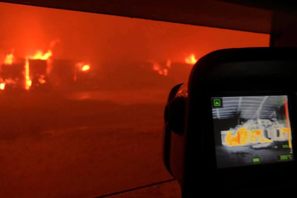 Blick in die brennende Lagerhalle. Dort steht alles in Flammen.