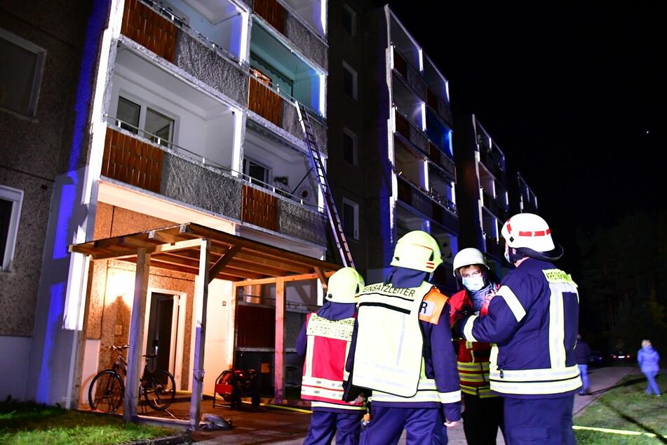 Die Feuerwehr musste in der Brandnacht zwei Bewohner über den Balkon retten.