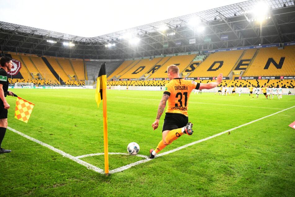 Dynamo Dresdens Brian Hamalainen beim Eckball im gähnend leeren Rudolf-Harbig-Stadion.