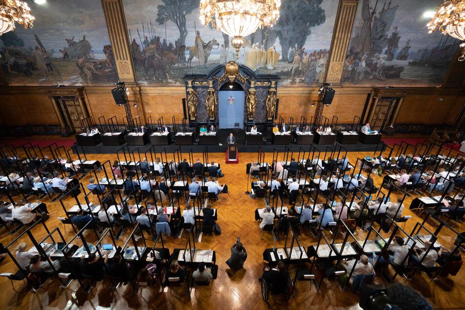 Die Hamburgische Bürgerschaft befasst sich am Mittwoch (13.30 Uhr) in der Aktuellen Stunde mit Waffentransporten über den Hafen. (Archivbild)