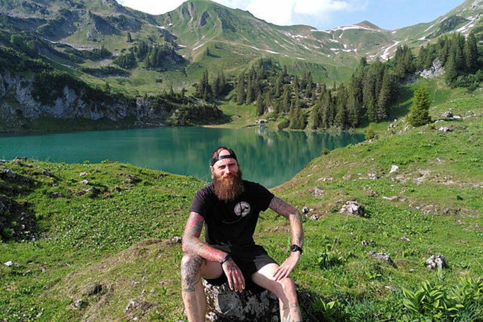 Blickt allen Herausforderungen optimistisch entgegen: Am schönen Alpsee lässt Tobias Burdukat (38) den ersten Wandertag ausklingen.