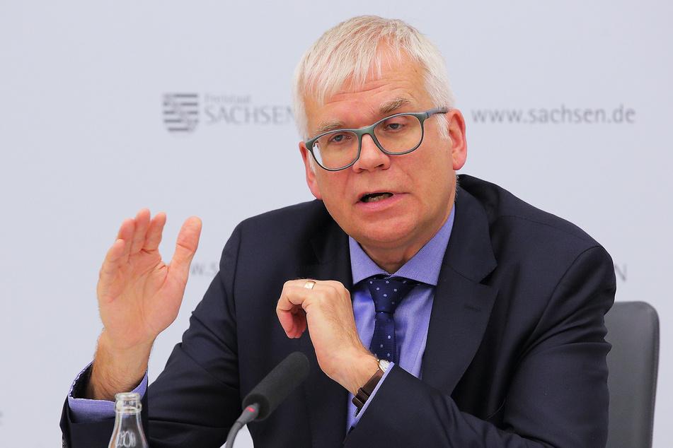 Finanzminister Hartmut Vorjohann (57, CDU) konnte ein Rekordergebnis seiner Steuerfahnder vermelden.