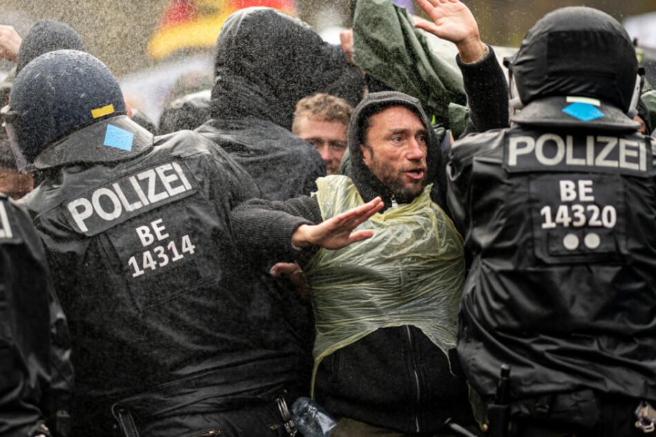 Die Polizei drängt die Teilnehmer der Demonstration gegen die Corona-Einschränkungen der Bundesregierung vor dem Brandenburger Tor mit Wasserwerfern zurück.