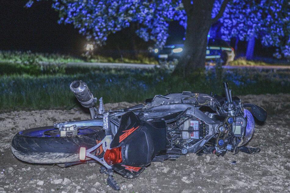 Motorradfahrer kommt in Kurve von Straße ab und stirbt noch an der Unfallstelle