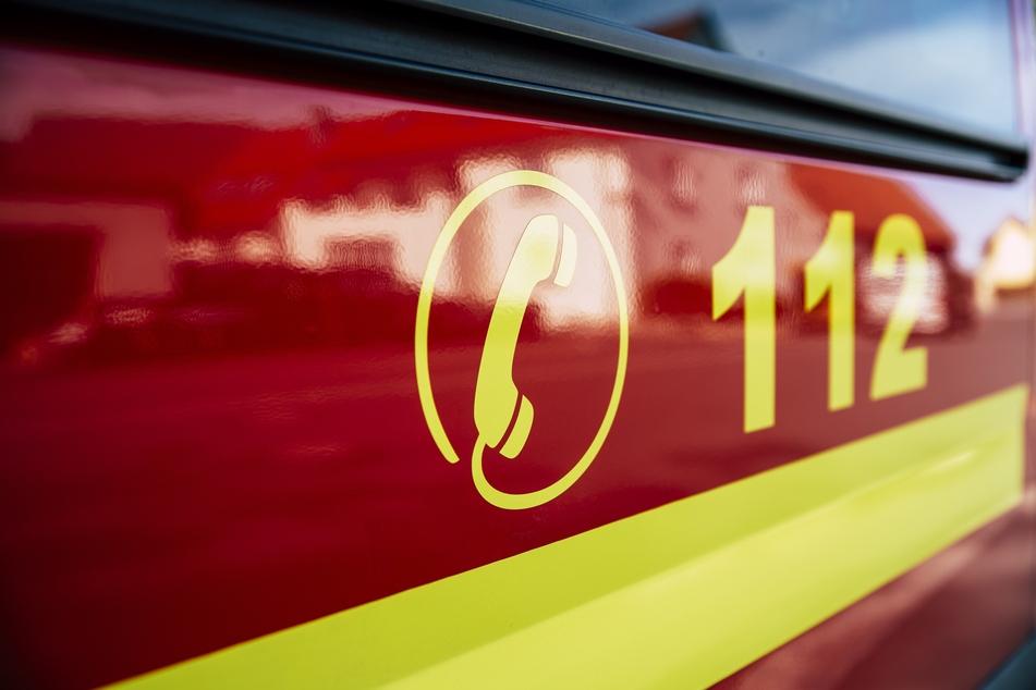 Nachbarn alarmierten die Feuerwehr, nachdem sich der Junge aus der Wohnung befreit hatte. (Symbolbild)