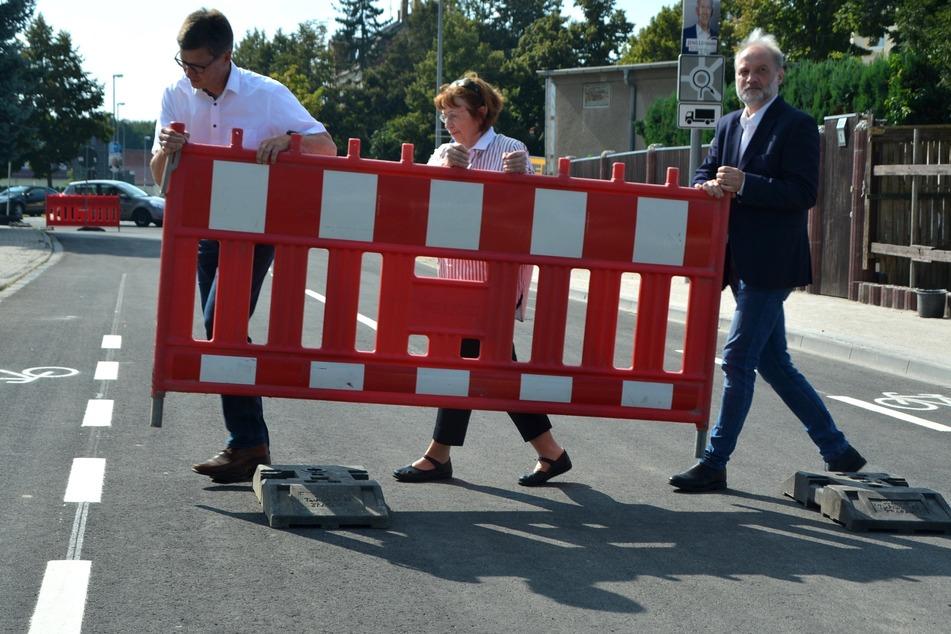 (v.l.n.r.): Michael Jana (VTA), die Engelsdorfer Ortsvorsteherin Annemarie Opitz und Torsten Kröll von den Leipzigeer Wasserwerken gaben die Straße frei.
