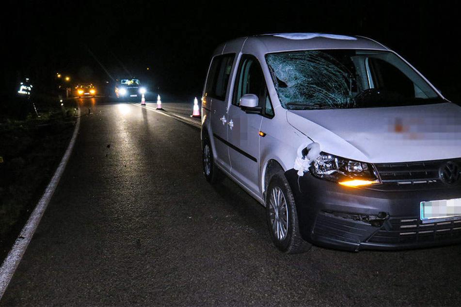 Der VW Caddy erfasste den dunkel gekleideten Senior auf der B101.