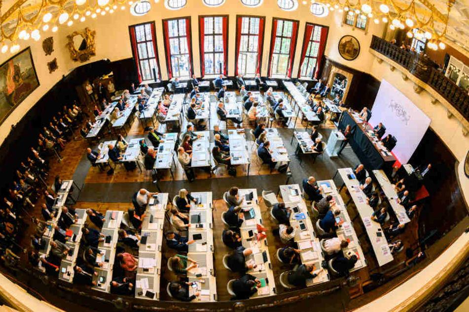 Die Abgeordneten der Bremischen Bürgerschaft sitzen im provisorischen Plenarsaal im Rathaus.