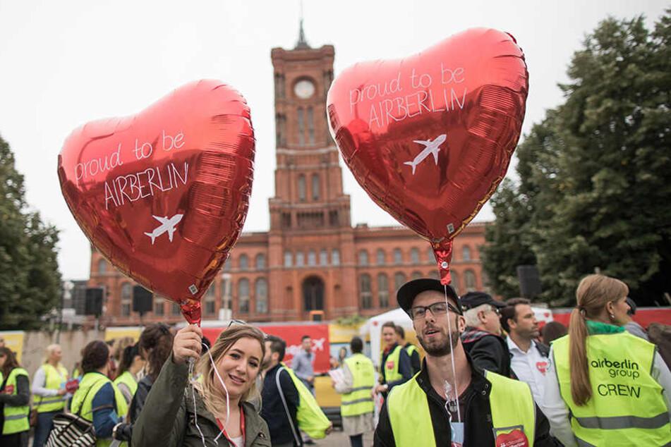 """Zwei Luftballons mit der Aufschrift """"proud to be AirBerlin"""" werden in die Höhe gehalten."""