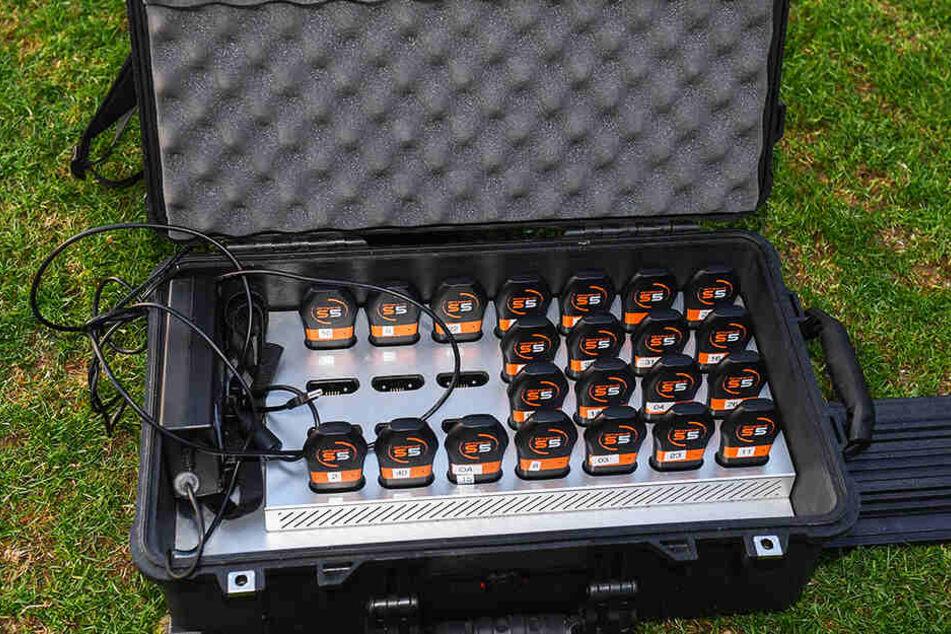 Der Koffer mit den Sendern, versehen mit den Rückennummern der Dynamo-Spieler.