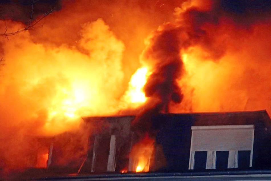 Das Feuer griff auf das gesamte Haus über. (Symbolbild)