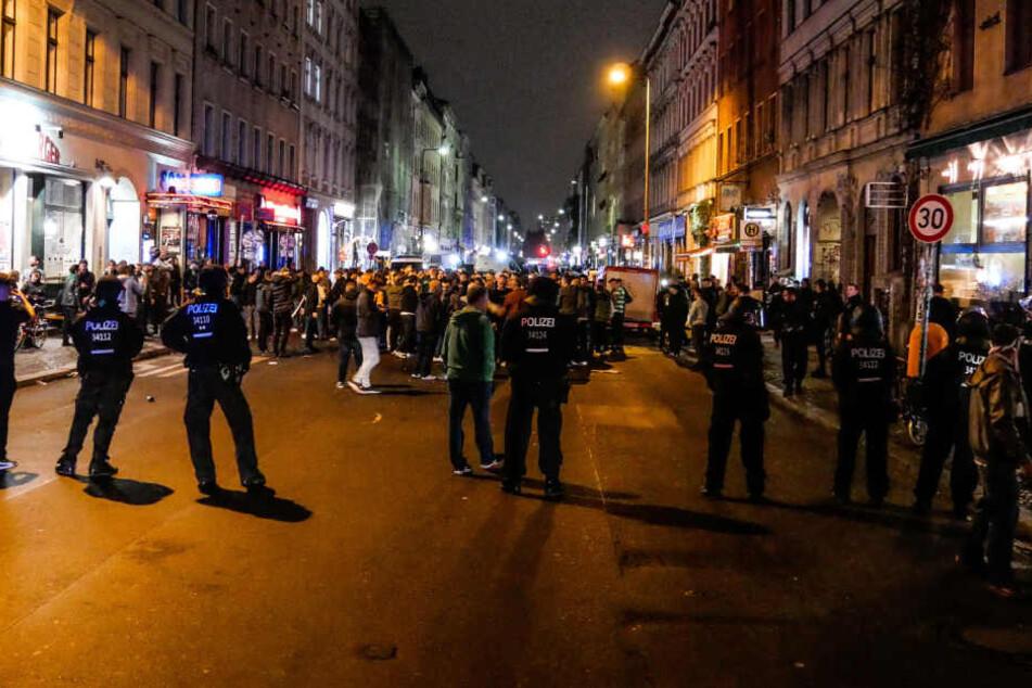 Die Polizei nahm mehrere Männer fest.