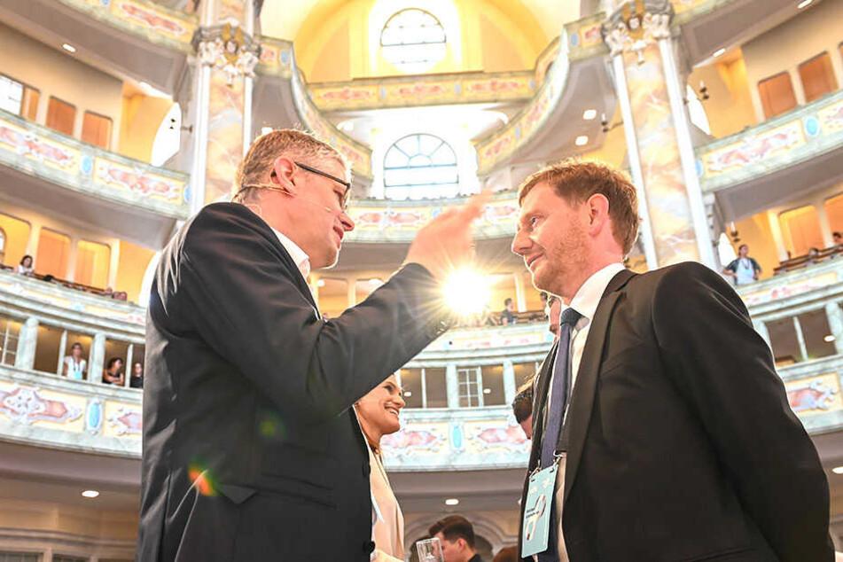 Kretschmer im Gespräch mit Frauenkirchenpfarrer Sebastian Feydt (53).