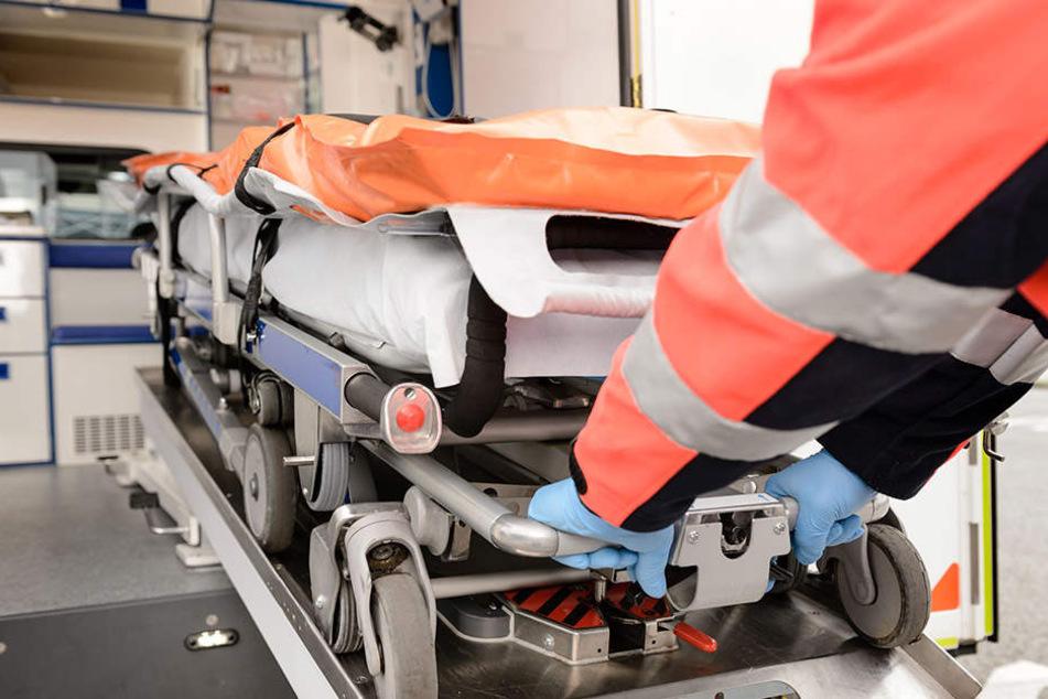 Der Verletzte wurde von Rettungskräften in ein Krankenhaus gebracht. (Symbolbild)