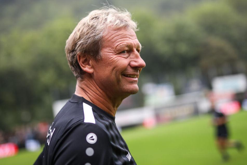 Baden-Württemberg, Geislingen an der Steige: Fußball: Benefizspiel mit Altstars im TG-Stadion. Guido Buchwald wärmt sich vor Spielbeginn auf.