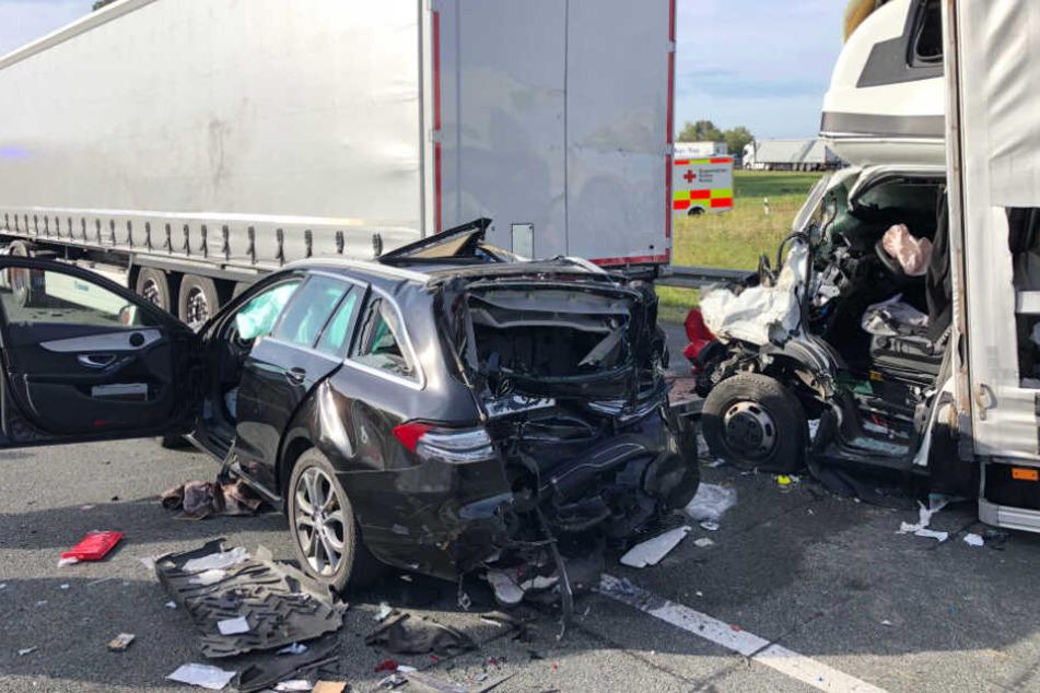 Der Fahrer eines 7,5-Tonners erkannte vermutlich das Stauende nicht rechtzeitig und schob den Kombi unter den Auflieger des Lkw.