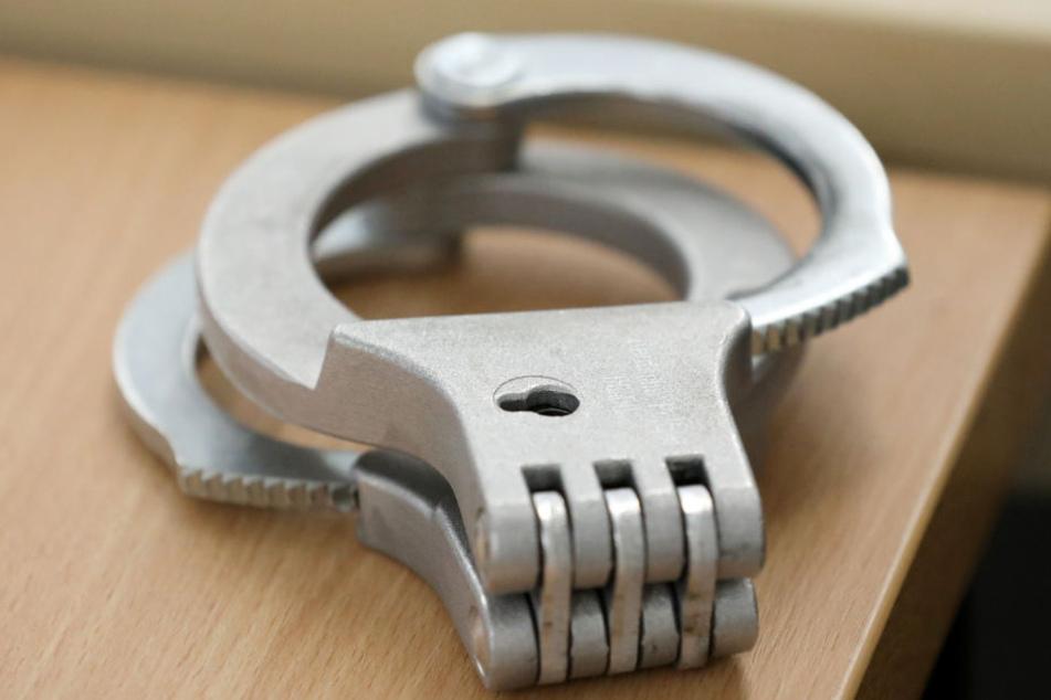 Die Handschellen liegen auf einem Tisch im Gerichtssaal.