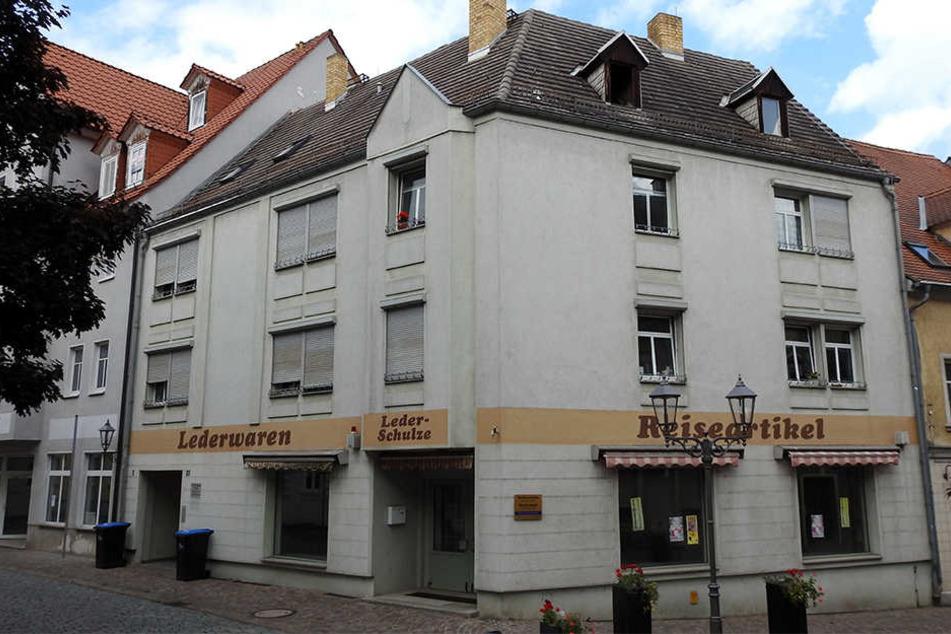 Vor diesem, von Afrikanern bewohnten Haus in der Wurzener Altstadt wütete der rechte Mob.