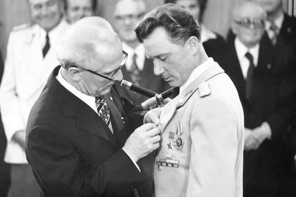 """Erich Honecker verlieh Sigmund Jähn 1978 eine Medaille und den Ehrentitel  """"Fliegerkosmonaut der Deutschen Demokratischen Republik""""."""