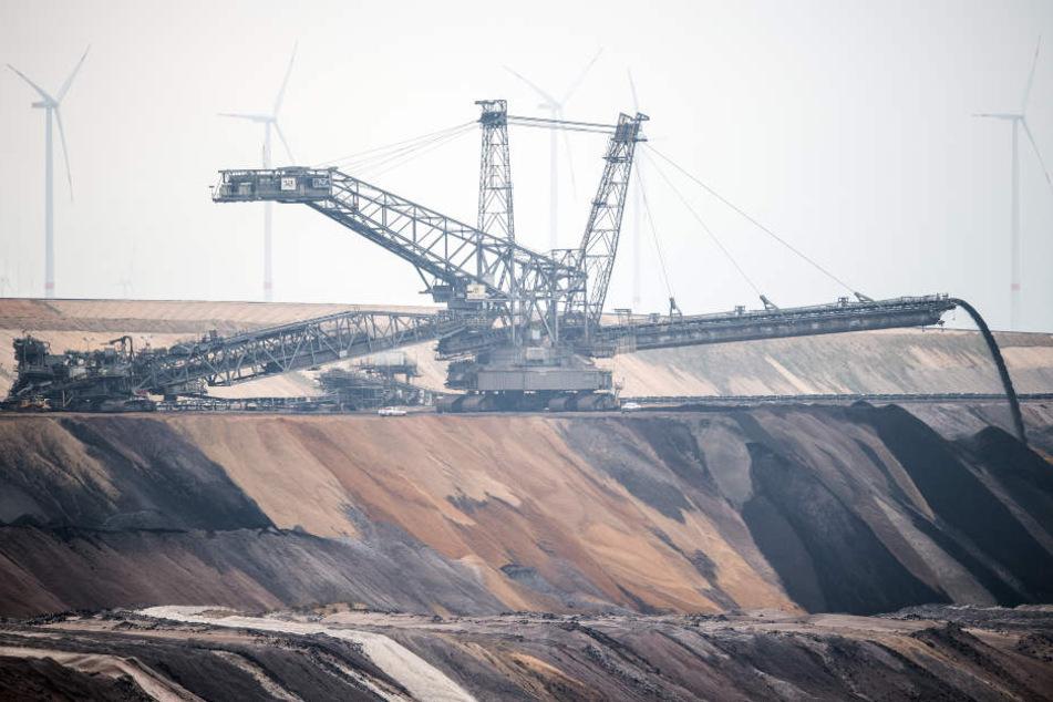 Neuer Arbeitsplatz: Riesen-Bagger legt Autobahn lahm