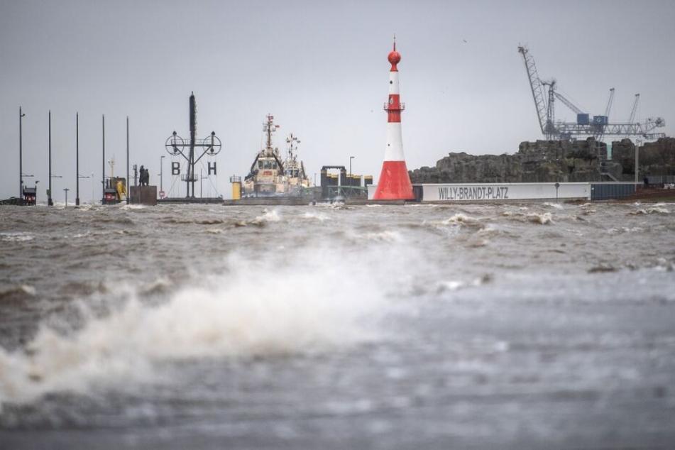 Wellen schlagen in Bremerhaven an die Kaimauer während der Sturmflut