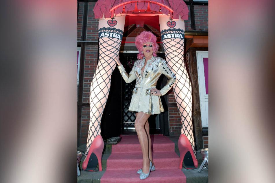 """Olivia Jones steht bei der Eröffnung ihres Burlesque-Nachtclubs """"The Bunny Burlesque"""" in der Eingangstür."""
