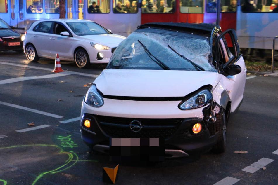 Durch die Wucht des Aufpralls war der Opel umgekippt und wurde gegen einen Ampelmast geschleudert.