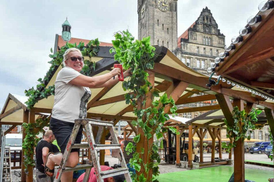 Das Weindorf wird aufgebaut. Małgorzata Curyło (47) schmückt die Balken mit grünen Reben.