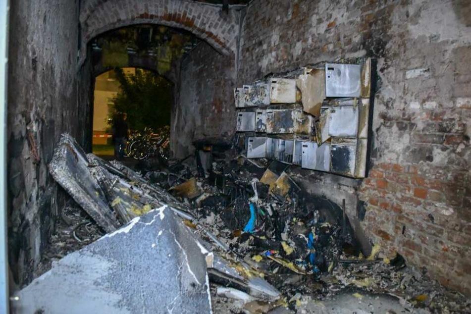 In Magdeburg brannte am frühen Donnerstag dieser Hauseingang lichterloh.