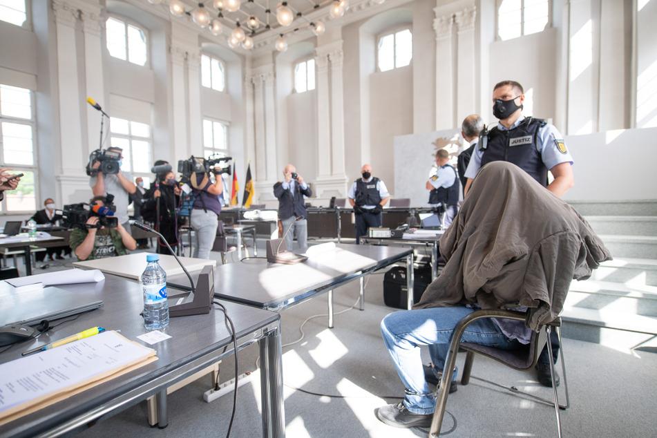 """""""Da habe ich auf alles geschossen, was sich bewegt hat"""", so der Angeklagte (rechts) am Montag vor Gericht."""