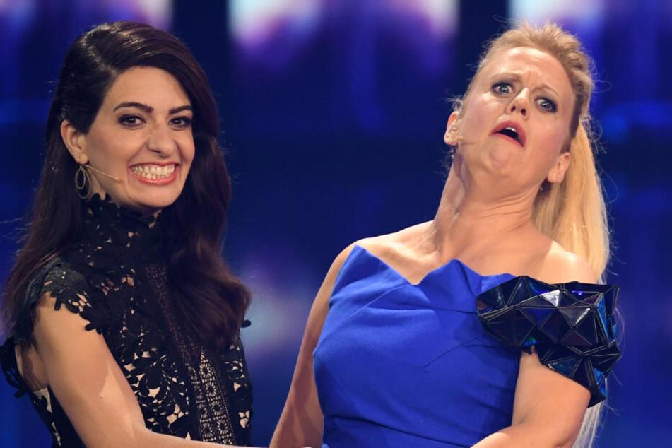 """Moderatorinnen sind Barbara Schöneberger und Linda Zervakis (l) stehen beim Vorentscheid für den Eurovision Song Contest """"Unser Lied für Israel"""" auf der Bühne."""