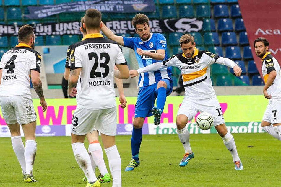 In der Saison 2015/16 kämpften der Magdeburger Christian Beck (3.v.r.) und Ex-Dynamo Justin Eilers nicht nur um diesen Ball, sondern auch um die Torjägerkrone der 3. Liga.