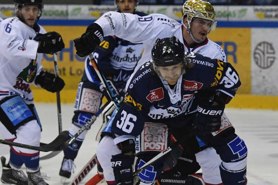 Der Dresdner Rene Kramer kämpft mit Nikolas Linsenmaier (Freiburg) um den Puk.