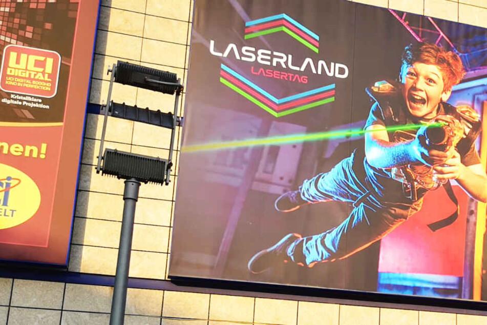 Das Laserland befindet sich im selben Gebäude wie die UCI-Kinowelt. Außen hängt ein großes Plakat.